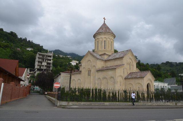 На грузинской стороне - православный храм