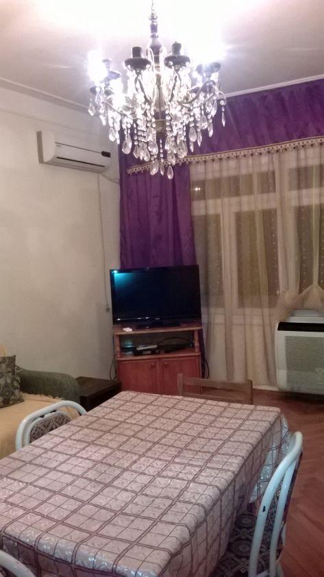 Зал. Телевизор, кондиционер, диван, стол