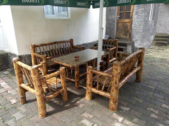 Оригинальный бамбуковый стол под навесом во дворе