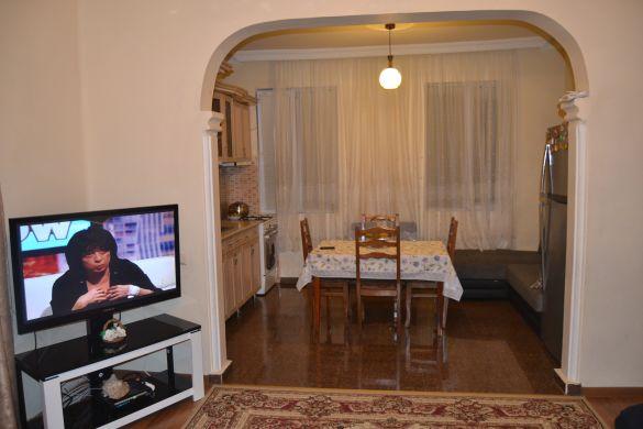 Кухонная зона  вид из холла